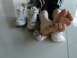 Chinese teen shows the brush feet 7